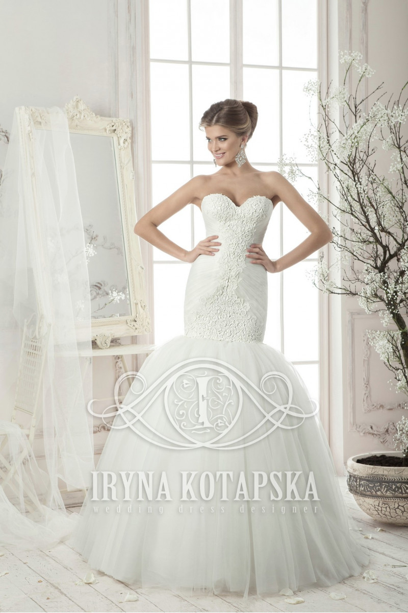 A wonderful wedding dress, realized in a special style.