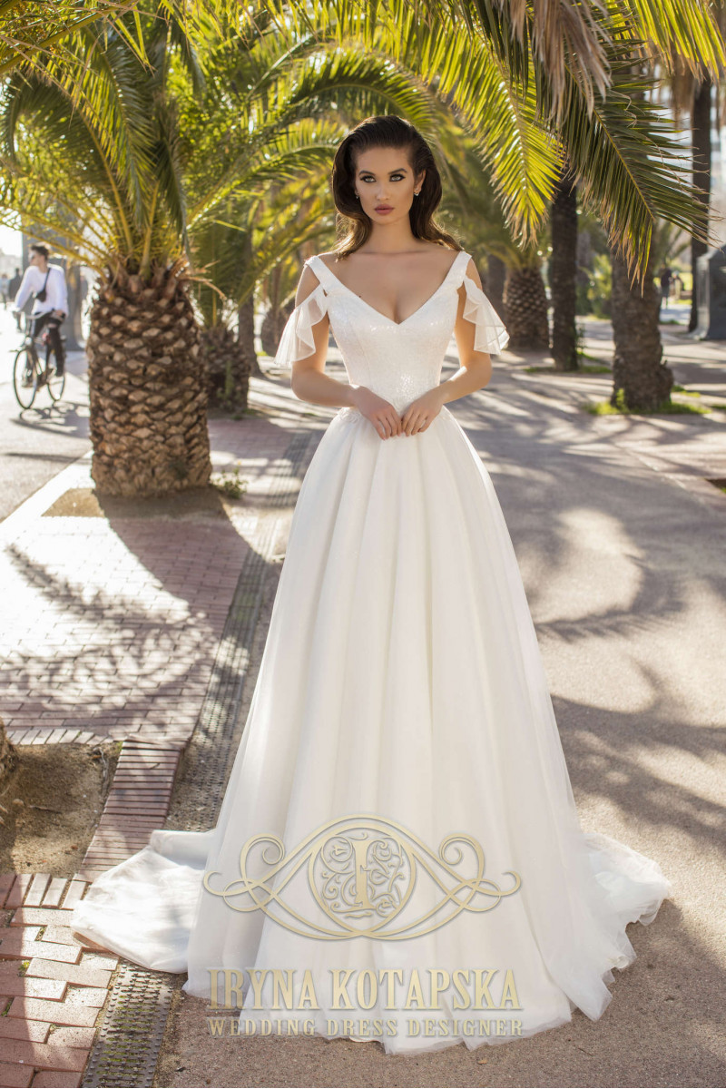A wedding dress with long sleeves of the figure