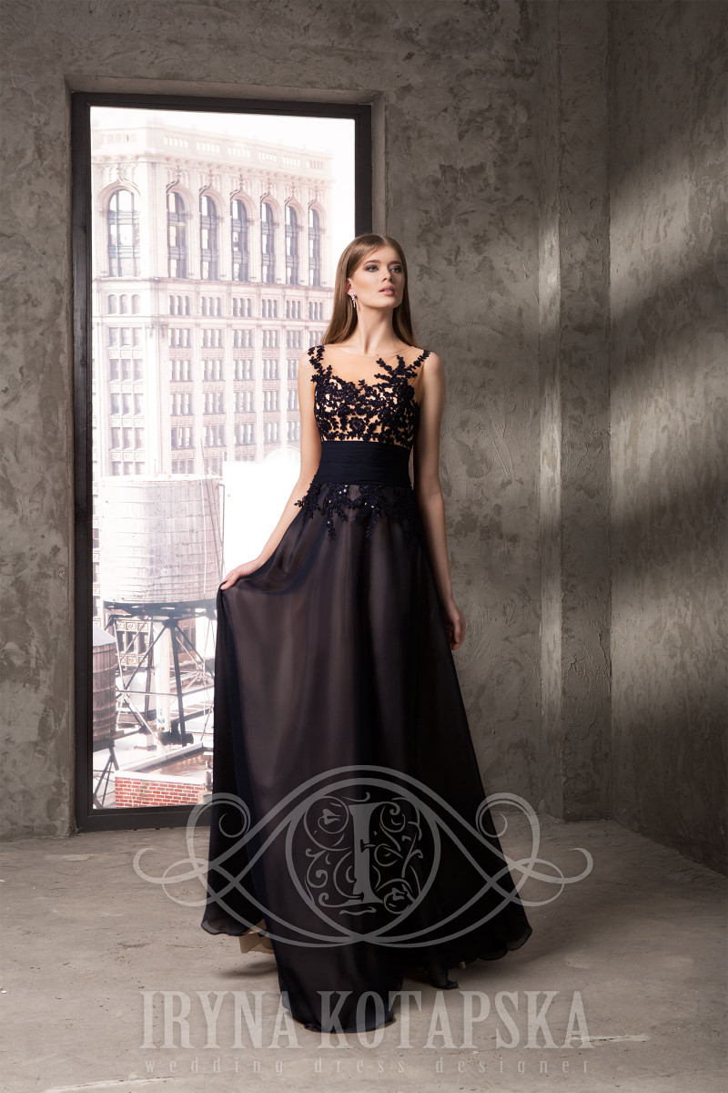 Seductive evening gown featuring a lace embroidered with sequins