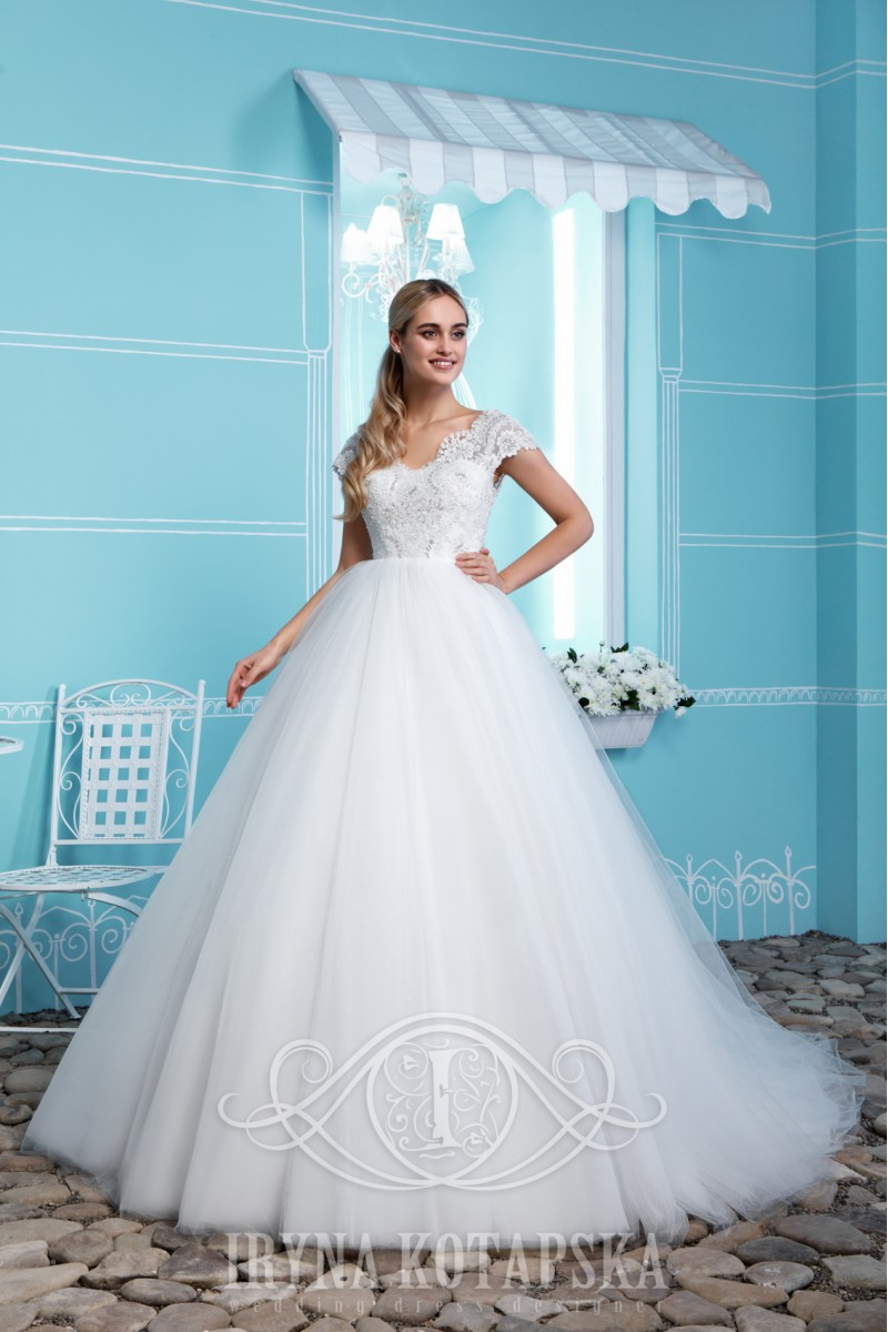 Wedding dress with lace edge