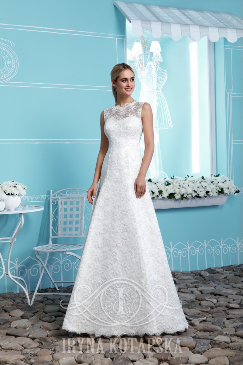Wedding dress with short lacing