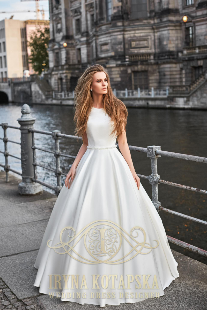 Bride's dress V-neckline complements