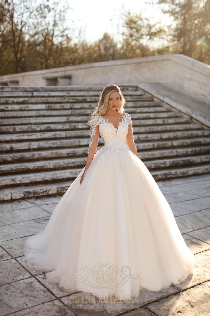 Wedding dress with a zipper on the back