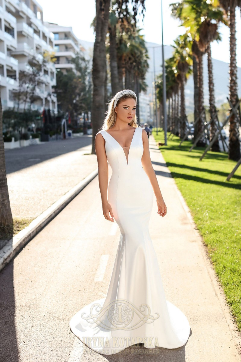 A ballgown wedding dress with buttons on the back